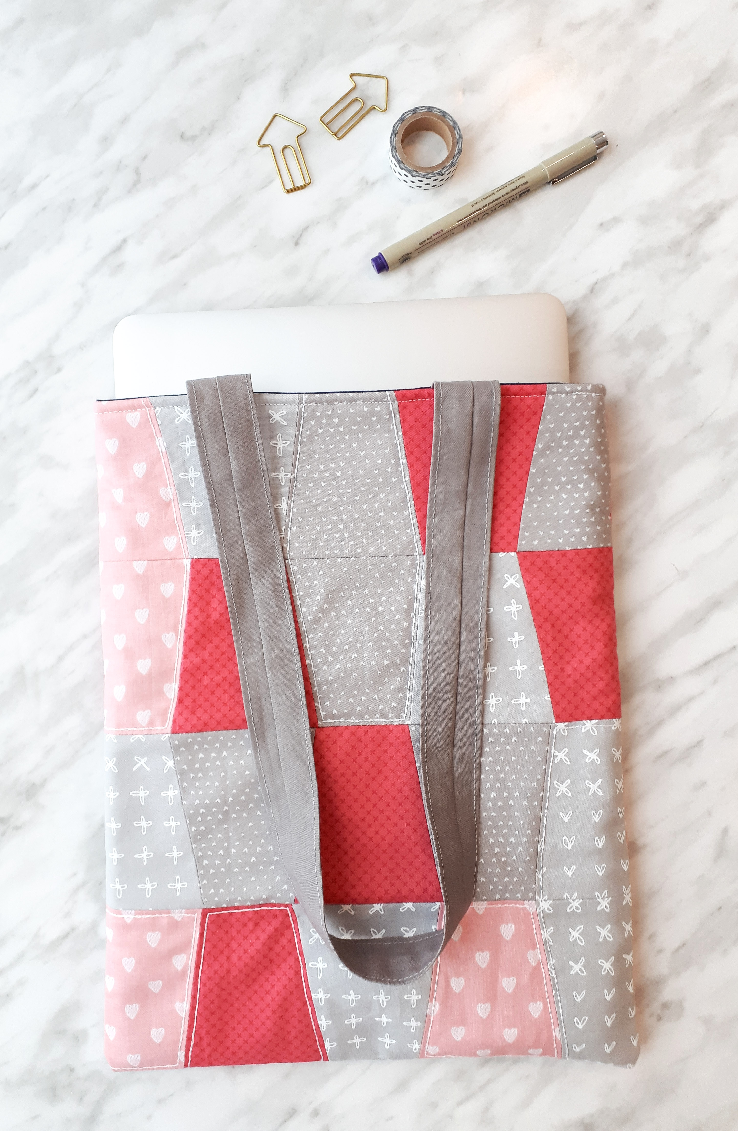 Laptop bag tutorial with free DIY instructions. Make a sweet quilted laptop sleeve to gift or keep!